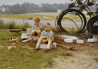 Sådan så Jan Larsen og hans bror Kasper Larsen ud i tidernes morgen, da de rendte rundt og legede ved forældrenes VVS-virksomhed.